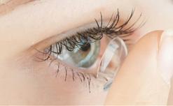 Khi ngủ vẫn đeo kính áp tròng có bị làm sao không?